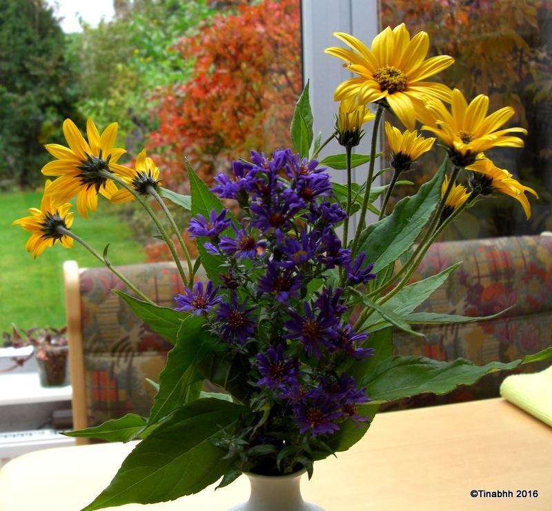 Strauß mit Topinambur und Herbstaster