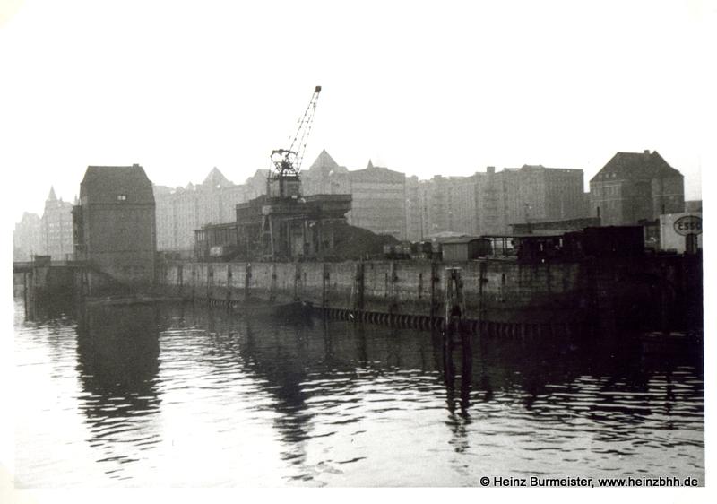 Hafengebiet mit Kran 60er Jahre (Pap312a)